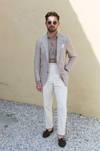Comment porter un blazer en lin beige: Pense à harmoniser un blazer en lin beige avec un pantalon de costume en lin blanc pour une silhouette classique et raffinée. Une paire de des slippers en daim marron foncé est une option parfait pour complèter cette tenue.