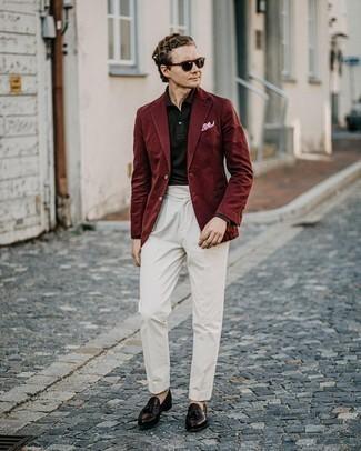 Comment s'habiller au printemps: Pense à porter un blazer bordeaux et un pantalon de costume blanc pour dégager classe et sophistication. Cette tenue se complète parfaitement avec une paire de mocassins à pampilles en cuir marron foncé. Nous sommes tombés dingue de ce look printanier.