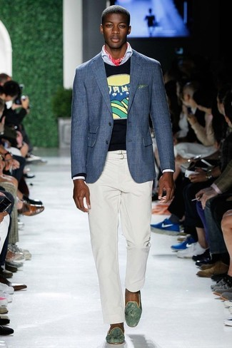 Comment porter: blazer bleu, pull à col rond imprimé bleu marine, chemise à manches longues bleu clair, pantalon chino blanc