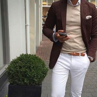 Comment porter: blazer marron foncé, pull à col rond beige, chemise à manches longues blanche, pantalon chino blanc
