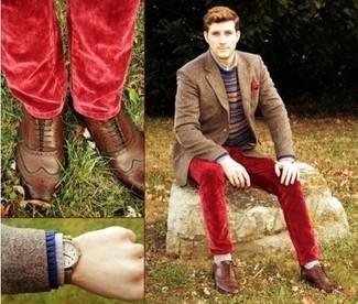 Comment porter: blazer en laine marron, pull à col rond en jacquard bleu marine, chemise à manches longues grise, jean en velours rouge