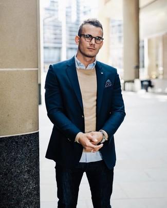 Comment porter: blazer bleu marine, pull à col rond marron clair, chemise à manches longues bleu clair, jean bleu marine
