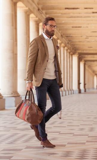 Comment porter: blazer en laine marron, pull à col rond beige, chemise à manches longues blanche, jean gris foncé
