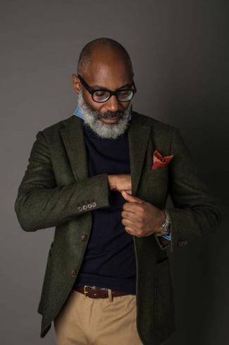 Comment porter: blazer en laine vert foncé, pull à col rond bleu marine, chemise à manches longues en chambray bleue, pantalon chino marron clair