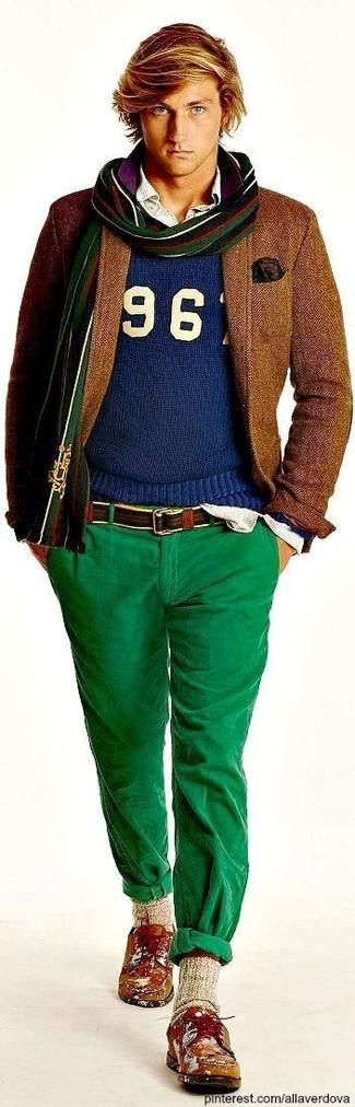 Comment porter: blazer en laine marron, pull à col rond imprimé bleu, chemise à manches longues à rayures verticales blanche, pantalon chino vert