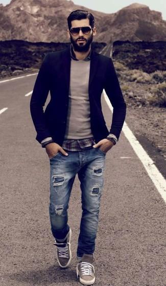 Comment porter: blazer bleu marine, pull à col rond beige, chemise à manches longues écossaise bordeaux, jean déchiré bleu