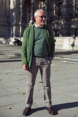 Comment porter un pull à col rond vert foncé: Opte pour un pull à col rond vert foncé avec un pantalon chino gris pour une tenue confortable aussi composée avec goût. Une paire de des chaussures derby en cuir bordeaux est une façon simple d'améliorer ton look.