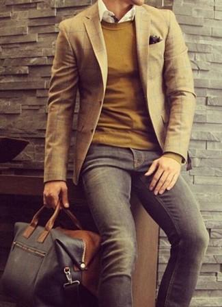 Comment porter: blazer écossais marron, pull à col rond moutarde, chemise à manches longues blanche, jean gris foncé