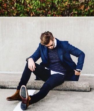 Comment porter un blazer: Marie un blazer avec un jean bleu marine pour une tenue confortable aussi composée avec goût. Une paire de des bottines chelsea en daim marron est une façon simple d'améliorer ton look.