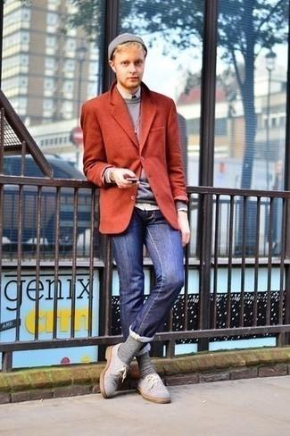 Comment porter un blazer rouge: Choisis un blazer rouge et un jean bleu marine pour aller au bureau. Une paire de des chaussures derby en daim grises rendra élégant même le plus décontracté des looks.