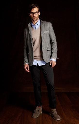 Comment porter: blazer en laine gris, pull à col rond beige, chemise à manches longues bleu clair, pantalon chino noir