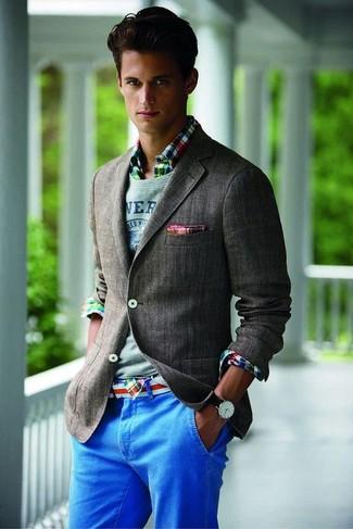 Comment porter: blazer gris foncé, pull à col rond gris, chemise à manches longues écossaise multicolore, pantalon chino bleu