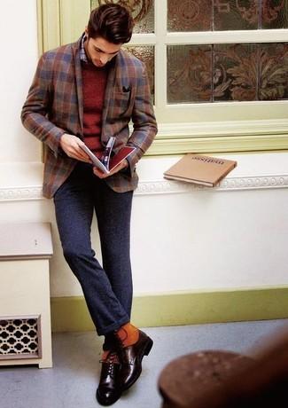 Comment porter une chemise à manches longues à carreaux grise: Associe une chemise à manches longues à carreaux grise avec un pantalon de costume en laine gris foncé pour un look pointu et élégant. Tu veux y aller doucement avec les chaussures? Opte pour une paire de des bottes de loisirs en cuir marron foncé pour la journée.