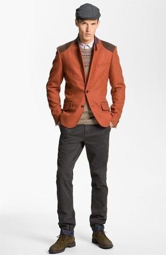 Comment porter: blazer en laine tabac, pull à col rond en jacquard marron clair, chemise à manches longues blanche, pantalon chino gris foncé
