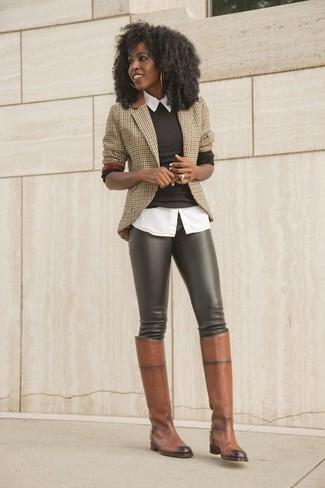 Comment porter: blazer à carreaux marron clair, pull à col rond marron foncé, chemise boutonnée à manches courtes blanche, leggings en cuir marron foncé
