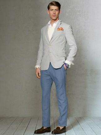 Comment porter: blazer à rayures verticales gris, pull à col rond beige, chemise de ville blanche, pantalon chino bleu
