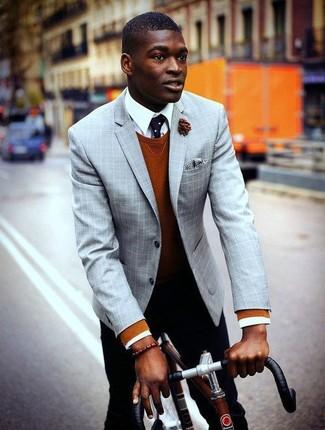Comment porter: blazer écossais gris, pull à col rond tabac, chemise de ville blanche, pantalon chino noir