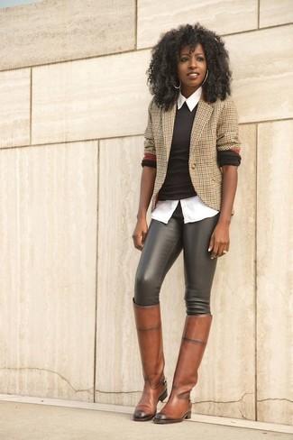 Comment porter: blazer en vichy marron clair, pull à col rond marron foncé, chemise de ville blanche, leggings en cuir noirs