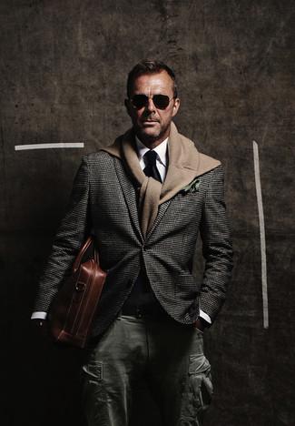 Comment porter: blazer en pied-de-poule gris foncé, pull à col rond marron clair, chemise de ville blanche, pantalon cargo vert foncé