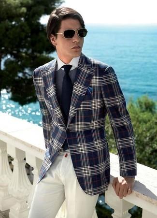 Comment porter un blazer écossais bleu marine et blanc: Pense à associer un blazer écossais bleu marine et blanc avec un pantalon de costume blanc pour dégager classe et sophistication.