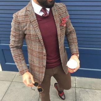 Comment porter: blazer en laine écossais marron, pull à col rond bordeaux, chemise de ville blanche, jean skinny marron