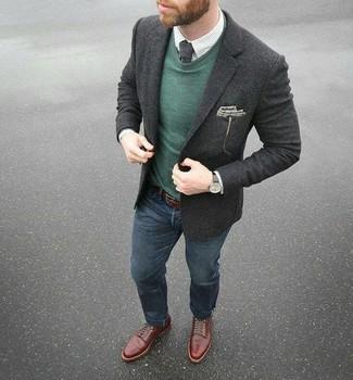 Comment porter: blazer en laine gris foncé, pull à col rond vert foncé, chemise de ville à carreaux blanche, jean bleu marine