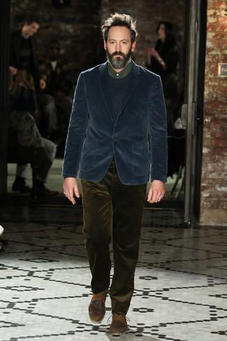 Comment porter: blazer en velours côtelé bleu marine, pull à col rond bleu marine, chemise de ville vert foncé, jean en velours côtelé olive
