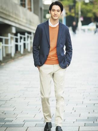 Comment porter: blazer en tricot gris foncé, pull à col rond orange, chemise de ville blanche, pantalon chino beige