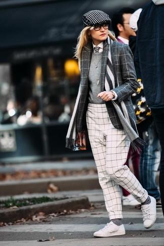 Comment porter une cravate: Porte un blazer en laine à carreaux gris foncé et une cravate pour une impression décontractée. Opte pour une paire de des baskets basses en cuir blanches pour afficher ton expertise vestimentaire.