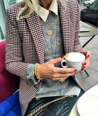 Comment porter: blazer en pied-de-poule blanc et rouge et bleu marine, pull à col rond gris, chemise de ville blanche, jean skinny noir