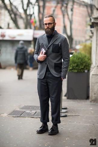 Comment porter: blazer en laine gris, pull à col rond noir, chemise de ville gris foncé, pantalon chino noir
