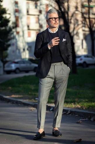Comment porter: blazer noir, pull à col rond noir, chemise de ville blanche, pantalon de costume en laine gris