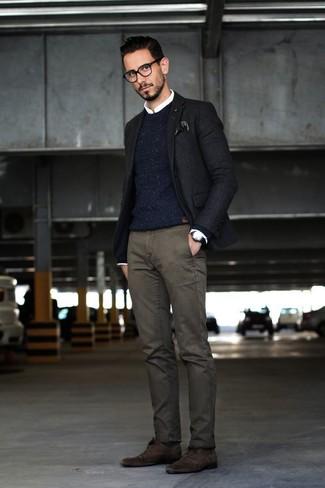Comment porter: blazer noir, pull à col rond en tricot bleu marine, chemise de ville blanche, pantalon chino gris foncé