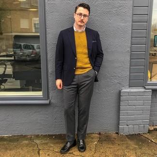 Comment porter: blazer bleu marine, pull à col rond moutarde, chemise de ville blanche, pantalon de costume en laine gris foncé