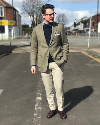 Comment porter des slippers en cuir rouges: Porte un blazer en laine olive et un pantalon de costume beige pour dégager classe et sophistication. Une paire de des slippers en cuir rouges est une option avisé pour complèter cette tenue.