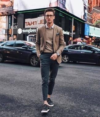 Comment porter un pull à col rond marron: Harmonise un pull à col rond marron avec un pantalon chino bleu marine pour un déjeuner le dimanche entre amis. Tu veux y aller doucement avec les chaussures? Fais d'une paire de des baskets basses en cuir noires ton choix de souliers pour la journée.