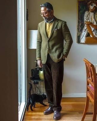 Tendances mode hommes: Opte pour un blazer en laine olive avec un pantalon de costume en velours côtelé marron foncé pour un look pointu et élégant. Tu veux y aller doucement avec les chaussures? Fais d'une paire de des bottes de loisirs en cuir pourpre foncé ton choix de souliers pour la journée.