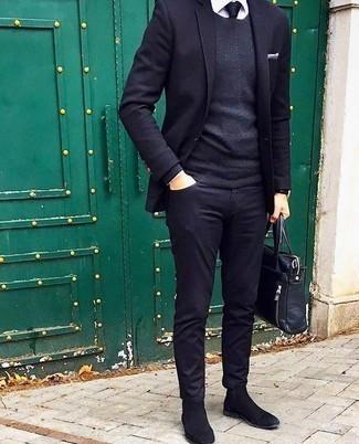 Comment porter une pochette de costume blanche: Pense à marier un blazer bleu marine avec une pochette de costume blanche pour un look confortable et décontracté. Complète cet ensemble avec une paire de des bottines chelsea en daim noires pour afficher ton expertise vestimentaire.