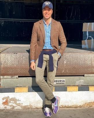 Comment s'habiller après 40 ans: Essaie d'associer un blazer en laine en pied-de-poule marron avec un pantalon cargo olive pour obtenir un look relax mais stylé.