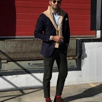 Comment porter des bottines chukka en daim marron: Choisis un blazer bleu marine et un pantalon cargo vert foncé pour obtenir un look relax mais stylé. Termine ce look avec une paire de bottines chukka en daim marron.