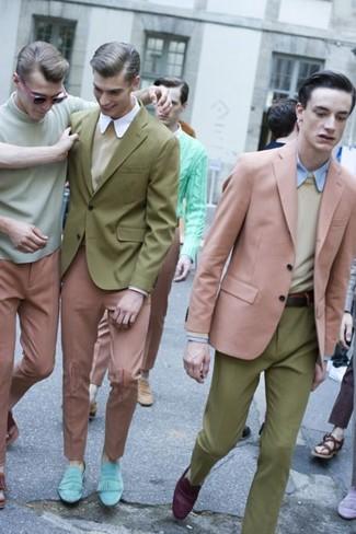 Comment porter: blazer rose, pull à col rond beige, chemise de ville bleu clair, pantalon de costume olive