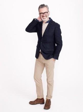 Comment porter: blazer en laine bleu marine, pull à col rond beige, chemise en jean bleu marine, pantalon chino marron clair