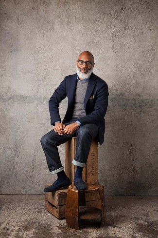 Comment porter: blazer en laine bleu marine, pull à col rond gris, chemise en jean bleue, jean noir