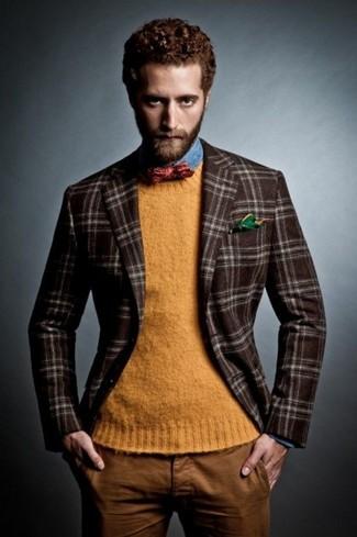 Comment porter: blazer en laine écossais marron foncé, pull à col rond orange, chemise en jean bleue, pantalon chino tabac