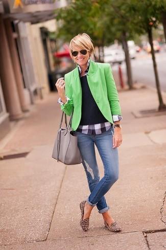 Comment porter: blazer vert, pull à col rond noir, chemisier boutonné écossais gris, jean skinny déchiré bleu