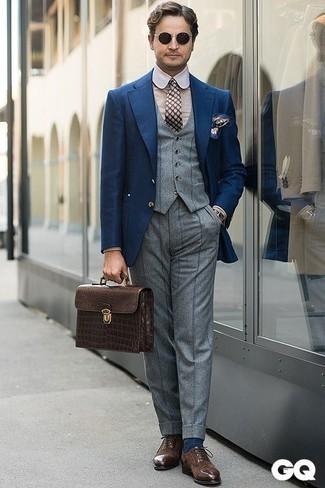 Un blazer à porter avec un pull à col rond beige: Fais-toi remarquer parmi les autres civils stylés avec un blazer et un pull à col rond beige. D'une humeur audacieuse? Complète ta tenue avec une paire de des chaussures richelieu en daim marron foncé.