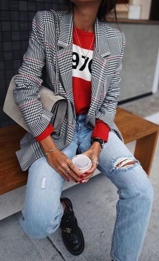 Comment porter: blazer en pied-de-poule blanc et noir, pull à col rond imprimé rouge, jean boyfriend déchiré bleu clair, bottines chelsea en cuir noires