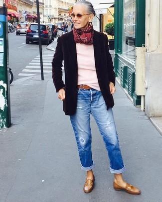 Comment porter: blazer en laine noir, pull à col rond rose, jean boyfriend déchiré bleu, slippers en cuir marron