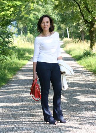 Comment porter: blazer blanc, pull à col rond blanc, jean flare bleu marine, bottines en daim découpées noires