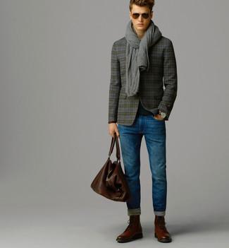 Comment porter: blazer en laine écossais gris, pull à col rond noir, jean bleu, bottes brogue en cuir marron